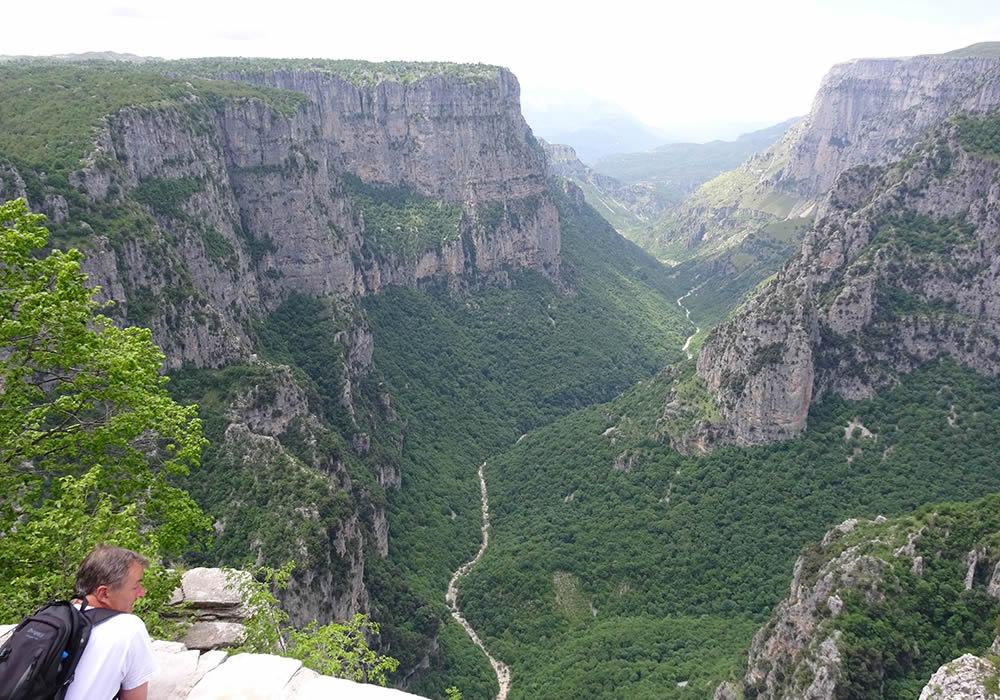 Στην περιοχή του Ζαγορίου και στον ευρύτερο ορεινό όγκο της Τύμφης υπάρχουν πάρα πολλές διαδρομές στις οποίες μπορεί να περπατήσει κάποιος ανάλογα με τις δυνατότητες του. Το πυκνό δίκτυο μονοπατιών που υπάρχει αλλά και η ποικιλομορφία του τοπίου δίνει την δυνατότητα στον περιπατητή να προσεγγίσει τη φύση του Ζαγορίου με διαφορετικό τρόπο κάθε φορά προσφέροντας του μοναδικά συναισθήματα ικανοποίησης και χαλάρωσης