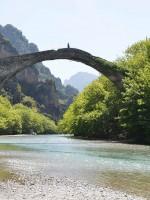 Πετρόκτιστο θολωτό γεφύρι στον Βοϊδομάτη στον Εθνικό Δρυμό Βίκου - Αώου