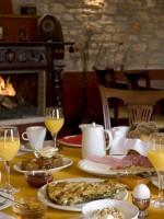Πρωινό μπροστά στο τζάκι τού εστιατορίου τού ξενώνα Πορφυρόν στα Πάνω Πεδινά στο Ζαγόρι