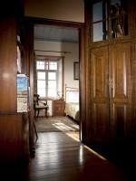 Διάδρομος προς τα δωμάτια τού ξενώνα Πορφυρόν στα Πάνω Πεδινά Ζαγοροχωρίων