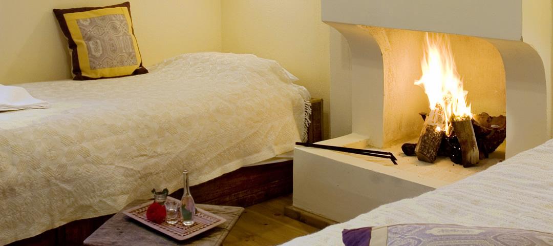 Το δωμάτιο Αστράκα στο ισόγειο, και είναι το μικρότερο δωμάτιο στο ξενοδοχείο στα Α. Πεδινά. Διαθέτει 2 μονά κρεββάτια, τζάκι και λουτρό με ντουζιέρα