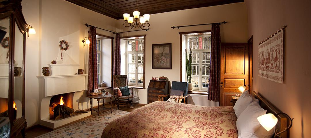 Το δωμάτιο Στούρος βρίσκεται στον 1ο όροφο τού ξενοδοχείου Πορφυρόν στα Άνω Πεδινά στα Ζαγοροχώρια. Διαθέτει μία διπλή κρεβατοκάμαρα με διπλό κρεββάτι, τζάκι και ιδιαίτερο λουτρό με ντουζιέρα