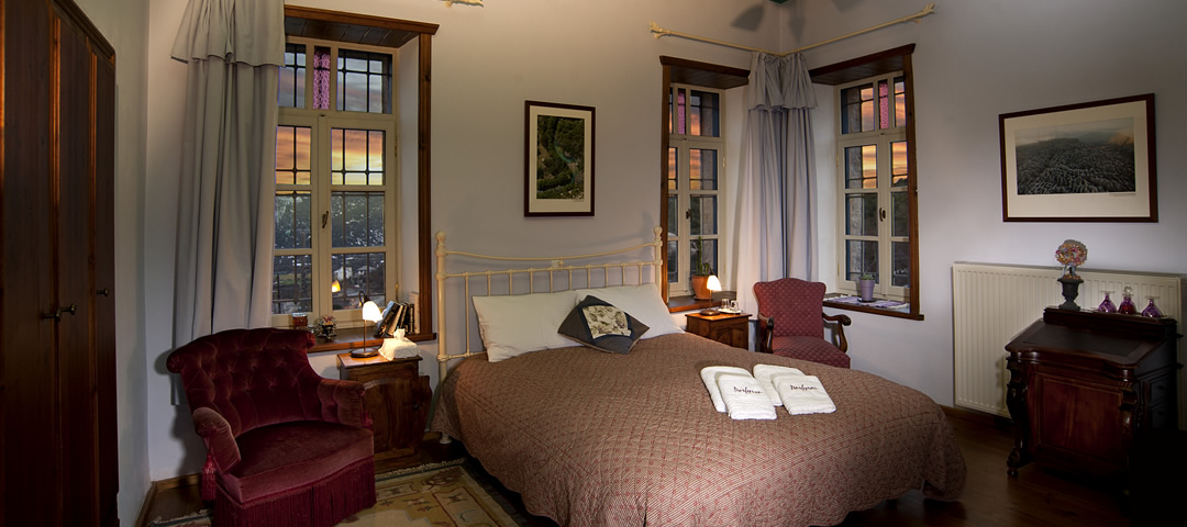 Το δωμάτιο Τραπεζίτσα βρίσκεται στον 1ο όροφο τού παραδοσιακού ξενώνα στα Α. Πεδινά Ζαγοροχωρίων. Διαθέτει διπλή κρεβατοκάμαρα και ιδιαίτερο λουτρό με ντουζιέρα