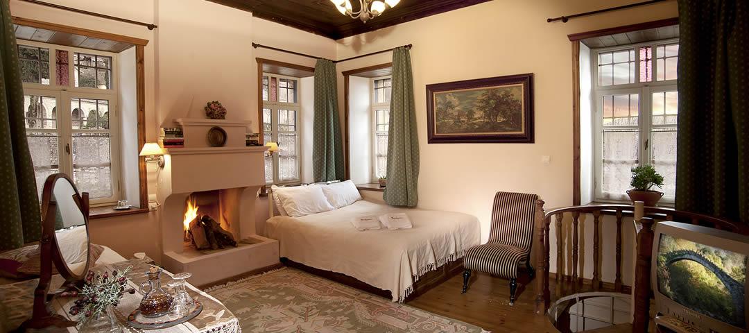 Mitsikeli kamer is een grote gezinskamer op de begane grond voor twee tot vijf personen met open haard