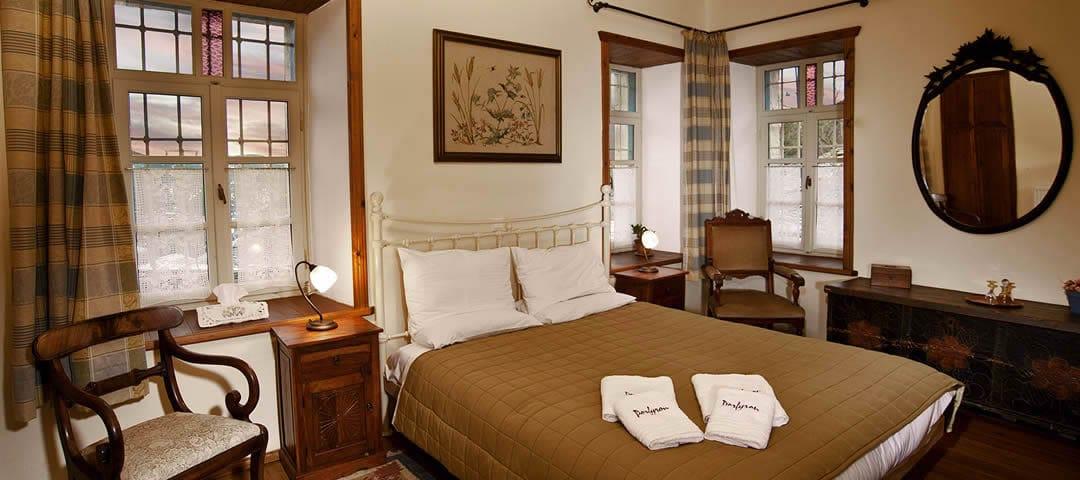 Pindos kamer in de herberg Porfyron in de Zagori regio is een ruime tweepersoons kamer op de begane grond met open haard en tweepersoonsbed