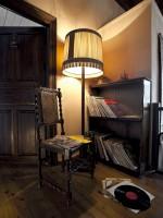 Ώρα για ανάγνωση στο καθιστικό τού παραδοσιακού ξενοδοχείου Πορφυρόν