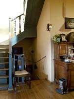 Οι σκάλες προς τον δεύτερο όροφο τού Ξενώνα Πορφυρόν στα Άνω Πεδινά για τηη διαμονή σας στα Ζαγοροχώρια