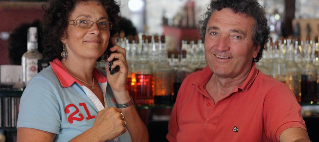 Καλώς ήλθατε στον Ξενώνα Πορφυρόν! Ο Γιάννης και η Ρίτα ακολουθούν πιστά την ελληνική παράδοση και καλωσορίζουν θερμά τους φιλοξενούμενούς τους