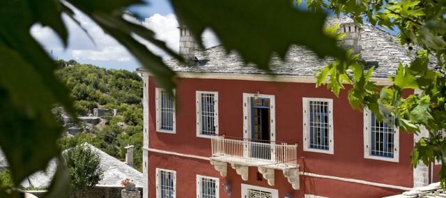 Το ξενοδοχείο Πορφυρόν που πήρε το όνομά του από το πορφυρό χρώμα, στέκει σαν φάρος μεταξύ των παραδοσιακά χτισμένων γκρί, πέτρινων σπιτιών, του γραφικού χωριού Άνω Πεδινά. Τα Άνω πεδινά είναι ένα από τα 46 ακόμη κατοικημένα χωριά του Ζαγορίου στην Ήπειρο και βρίσκεται στη βορειοδυτική περιοχή της Ελλάδος, 35 χιλιόμετρα βορείως της πόλης των Ιωαννίνων