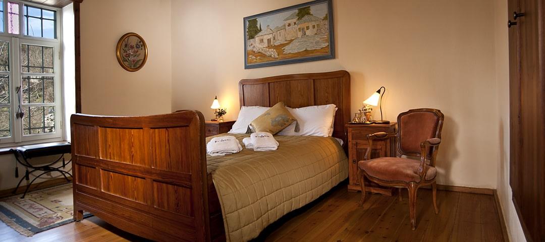 Smolikas kamer is een knusse, maar ruime tweepersoons kamer op de eerste verdieping met tweepersoons bed