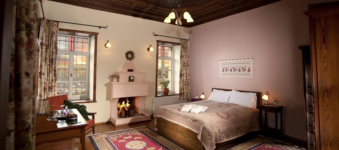 Timfi kamer bij het Hotel Porfyron in Zagori, Ioannina, is een zeer ruime tweepersoons kamer op de eerste etage met zitgedeelte