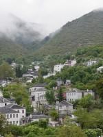 Mist in Ano Pedina dorp in de regio Zagori tijdens de herfst