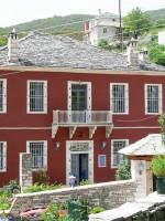 De gevel van het hotel Porfyron in Zagori