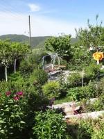 Ο κήπος με τα λουλούδια τού ξενώνα Πορφυρόν στα Άνω Πεδινά