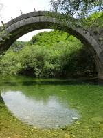 Enkele boog stenen brug in de Zagori, Griekenland