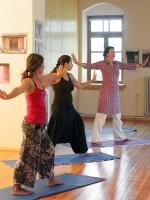 Μάθημα yoga στα Πάνω Σουδενά από τη Ρίτα τού ξενώνα Πορφυρόν