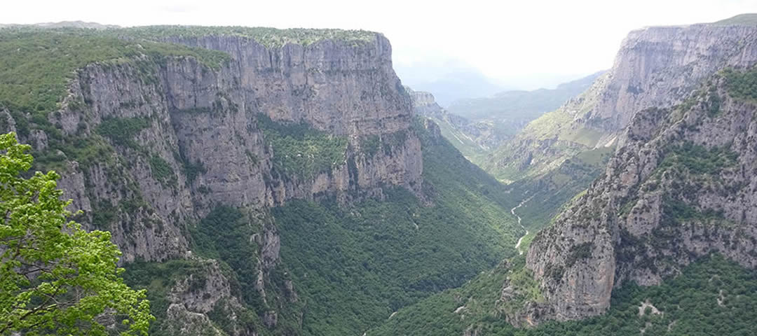 HIKE THE DEEPEST CANYON IN THE WORLD IN ZAGORI, GREECE | Wandeling door de diepste kloof van de wereld!