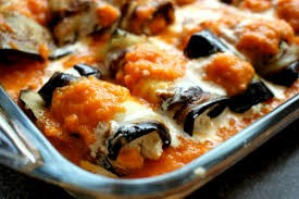 Aubergines uit de oven met kaas en verse tomatensaus.